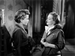 """Bette Davis e Anne Baxter in una scena del film cult """"Eva contro Eva"""", di Joseph Mankiewitcz."""
